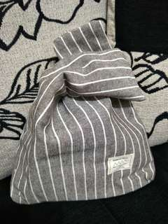🚚 日式 灰白直條紋 手腕包