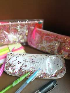 PENCIL CASE WITH MOVING GLITTERS