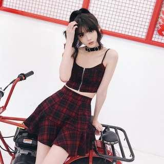 VM 大推 夏季辣妹 龐克風 街頭帥氣性感 紅黑格紋吊帶短版背心+高腰百褶A字裙 套裝