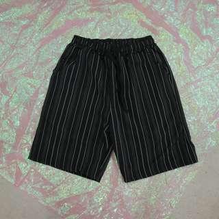 直條紋造型中性短褲