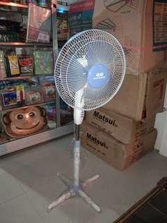 "QQ Stand Fan 16"" kaki silang"