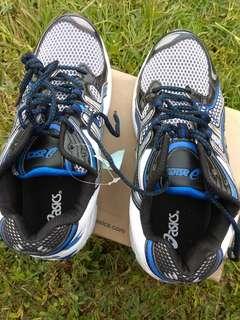 Sepatu sport asics
