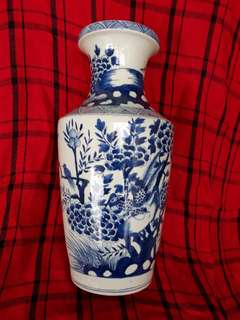 Qing. Dynasty Blue n W vase 42cm H decorated with birds n flowers . 大清康熙年款青花大瓶。
