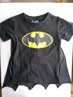 PRELOVED WB MOVIE WORLD Boy's Batman T-shirt With Cape - in OK condition