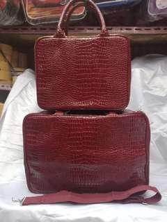Angelfans tas koper merah marun ada tali selempang+resleting+bahan tebal ukuran 35*28*10cm# Tersedia yg lebih besar ukuran 40*28*17cm dengan warna yang sama ada merah marun+coklat dan hitam lengkap dengan selempang.  #distributor koper travel bag angelfa