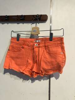 orange shortpants