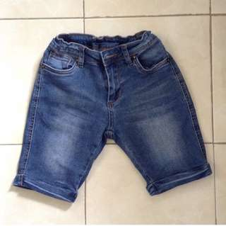 Denim short for 5-6yo depends. Adjustable waist. No flaw and like new condition.