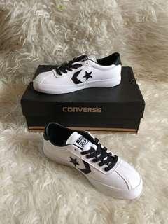 Sepatu putih converse