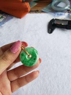 18k金鑲辣綠平安扣,26/4.3,深綠位為色根,不是黑色