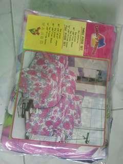 4 in 1.. I bedsheet, 2 pillow case, 1kumot.. Family size