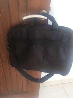 tas laptop warna hitam