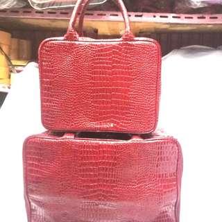 #Angelfans tas koper merah # #marun ada tali # # selempang + resleting + bahan #tebal ukuran 35 * 28 * 10cm # #Tersedia yang lebih besar # # ukuran # 40 * 28 * 17cm dengan # # warna # yang sama ada # # merah # marun + coklat dan