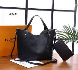 LV Louis Vuitton Hina MM Mahina Business Bag 54354#22  Bahan kulit Dalaman suede leather Kwalitas High Premium AAA Tas uk 30x16x25cm Sayap uk 45cm Berat dengan box 2,1kg  Warna : -Apricot -Black Include Box LV  Harga  @1.050rb   Rp 1.050.000