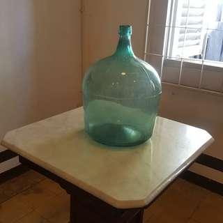Botol kaca besar antik