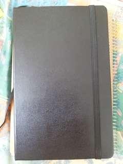 黑色硬皮筆記本