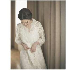 Laces robe (termasuk dalaman) - biasa dipakai untuk prosesi pagi hari waktu hari perkawiman