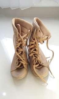 Boots no heels brown