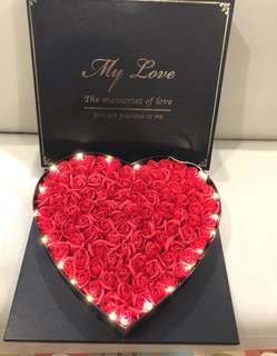 ❗️FREE LED LIGHT❗️🌹🌹99 stalks of handmade soap rose 🌹🌹gift box 🎁Ideal for Valentine's Day/Marriage Proposal/Birthday/Anniversary 😁 Comes with a nice box, greeting card + matching paper carrier 👍🏻