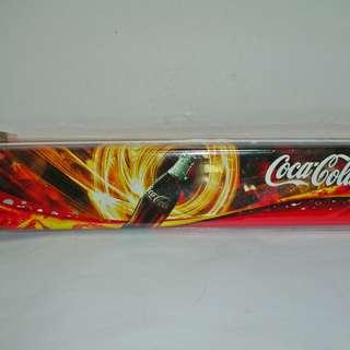 aaL皮商旋.(企業寶寶玩偶娃娃)全新附袋可口可樂(Coca Cola)鐵質筆盒!/6房樂箱144/-P
