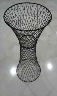 Wire coated mesh stand