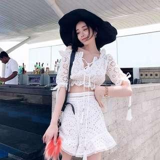 🚚 【週末女孩】韓系度假風 一字領綁帶花邊蕾絲套裝 兩件套裝 高腰短褲套裝 氣質大花蕾絲流蘇套裝 OT057