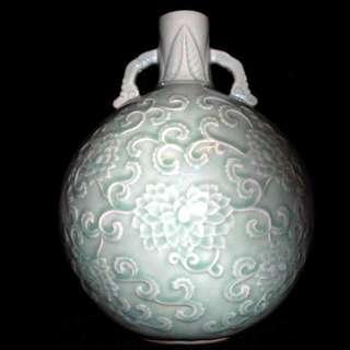龍泉青瓷 粉青釉纏枝蓮紋靈芝耳抱月瓶