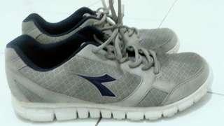 sepatu DIADORA original baru di pake 3 kali, minat japri aja