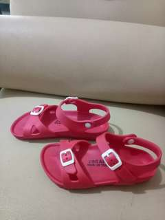 Sepatu sandal.