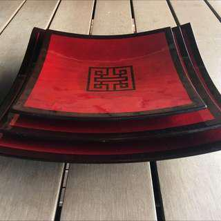 Decorative trays in set of 3 (red and black)