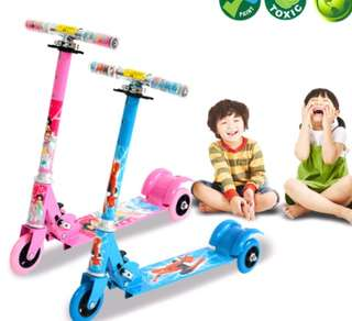 Foldable children tri wheel scooter
