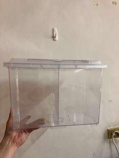 日本 Nisso 原裝進口 高級 壓克力 飼育盒 飼養盒 角蛙 守宮 烏龜 蜥蜴 變色龍 爬蟲 全新只有試裝過,因太大而出售,賠錢販賣,900元整含運送到你家~ 頂部長寬高尺寸為37X22X25 底部長寬高尺寸為31X16X25