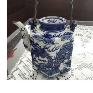 🚚 Chinese tea pot with white and blue print