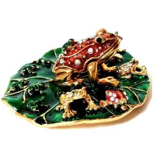Beautiful Toad family on a leaf in solide metal