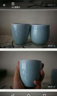 手工青瓷握杯。女款為陳少青作品,有底款名,男款(右)也是手工。