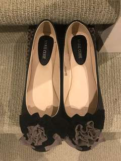 Women's black flats with flower detail