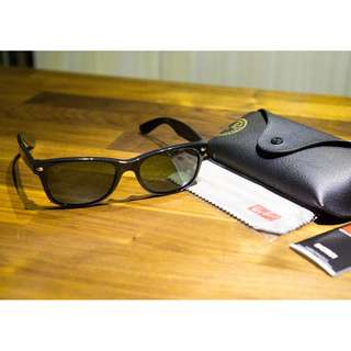 Ray-Ban New Wayfarer Classic RB2132 (901L) Sunglasses • Black Frame • Green G15 Lens (Made in Italy)