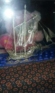 Pajangan miniatur perahu Naga berbahan perak