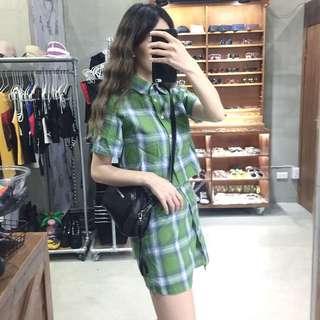🚚 兩件式套裝格子襯衫+斜扣造型格子短裙/簡約英文亮皮側背包