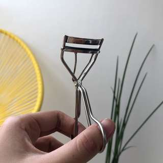 Features and Shades Eyelash Curler