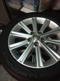 七代油電Camry 17吋輪圈含胎