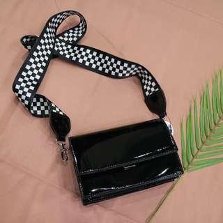棋盤格背帶造型亮面立體中性側背包