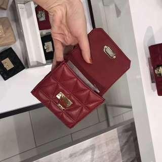 MICHAEL KORS 專櫃新款短款三角形菱格紋鎖扣羊皮錢包