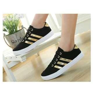 Sepatu sneakers kasual wanita hitam lis gold
