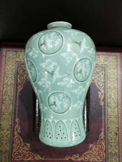 90年代 韩国 青釉 仙鹤梅瓶 高 21公分 周园 13公分。