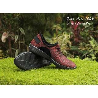 Sepatu kets adidas yezzy merah bintik sol hitam
