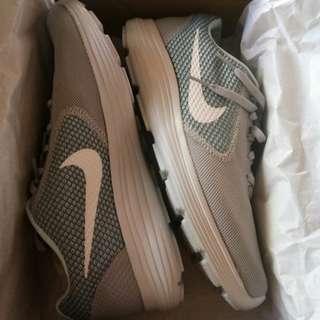 Original Nike Revolution 3