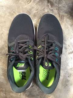 running shoes Nike with dus