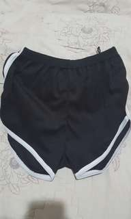 Celana pendek sport wanita warna hitam