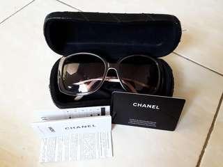 Kacamata hitam Chanel