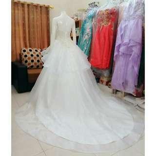 Jual gaun pengantin (Baru) Size bisa M sampai L (LD 88 - 95 cm) Bagian blkgnya tali Ekor 1 m Dihiasi kristal